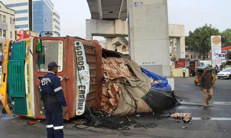 A lorry loaded with beer bottle over turns in begumpet, బీరు లోడ్తో వెళ్తున్న లారీ బోల్తా..