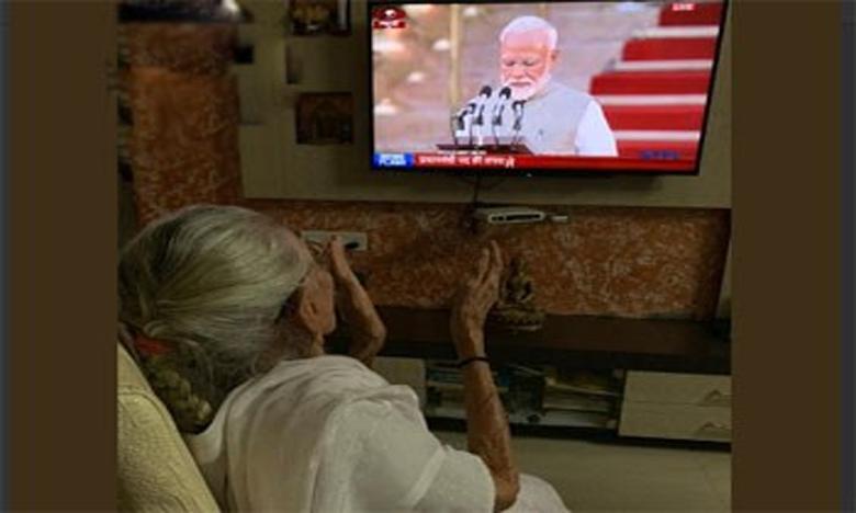 Heeraben Modi watches son Narendra take oath as PM of India on TV, మోదీ ప్రమాణ స్వీకారాన్ని టీవీలో చూస్తూ పులకించిన తల్లి