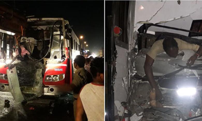 Speeding bus hits lorry at Panthangi toll plaza, పంతంగి టోల్ ప్లాజా వద్ద రోడ్డు ప్రమాదం