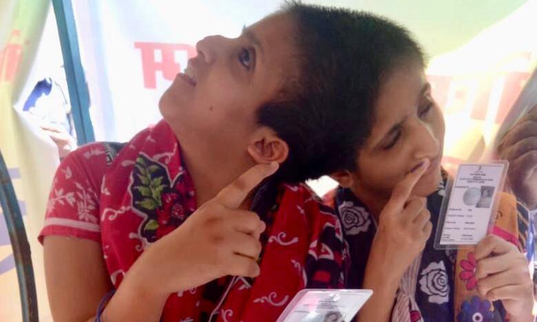 Conjoined sisters Saba & Farah cast their votes, మేమూ ఓటేశామన్న అవిభక్త కవలలు