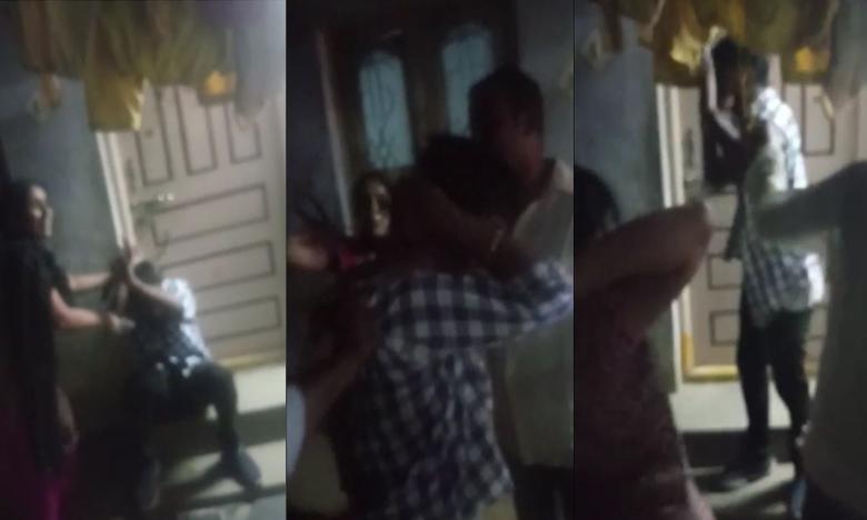 sisters beaten, బ్లాక్మెయిలర్ను చితకబాదిన అక్కాచెళ్లెల్లు..
