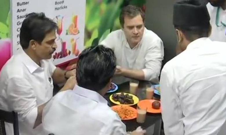 Rain, tea and massive crowds star in Rahul Gandhi's thanksgiving Wayanad roadshow, వయనాడ్లో రోడ్డు పక్కన 'టీ' తాగిన రాహుల్