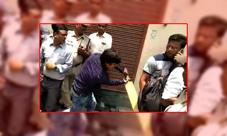 BJP MLA Akash Vijayvargiya, బీజేపీ ఎమ్మెల్యే కండకావరం.. ప్రభుత్వాధికారిపై బ్యాట్తో దాడి