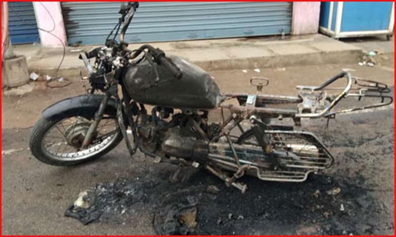 Mentally Disabled Person sets 9 Bikes on fire In Hyderabad, మైండ్ లేదంట..9 బైకులు బ్లైండ్గా తగలెట్టాడు
