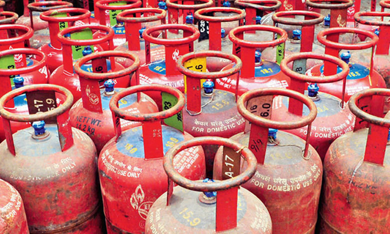 Oil companies raise subsidized cooking gas prices by Rs 1.23 per cylinder, మళ్లీ పెరిగిన సిలిండర్ ధరలు