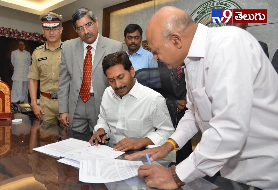 YS jagan Mohan Reddy Enters AP Secretariat For First Time, ప్రమాణస్వీకారం తరువాత  మొదటిసారి సచివాలయం లో అడుగు పెట్టిన 'సీఎం జగన్ మోహన్ రెడ్డి' ఫొటోస్