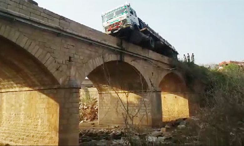 Lorry Accident In Chittoor District, జస్ట్ మిస్..పడితే ఇంకేమైనా ఉందా బాస్!