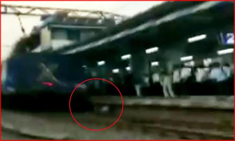 Man Gets Stuck Between Platform And Train In Maharashtra, భూమిపై గడ్డిగింజలున్నాయ్..