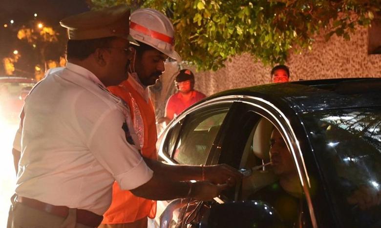 Hyderabad Traffic Police conduct Drunk And Drive Tests in Jubilee Hills, డ్రంక్ అండ్ డ్రైవ్ సెర్చస్.. కేరాఫ్ జూబ్లీహిల్స్ సేమ్ సీన్..!