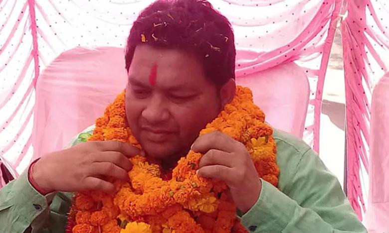 BJD Lawmaker Forces Engineer To Do Sit-Ups For Poor Road Work, ప్రజల ముందే ఇంజీనీర్తో గుంజీలు తీయించిన ఎమ్మెల్యే
