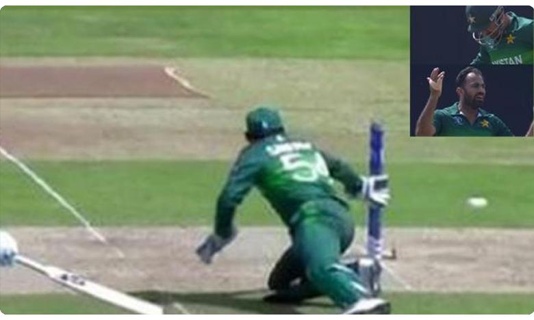 Pakistan Captain Sarfaraz Ahmed, ధోనిలా స్టంపింగ్ చేయబోయి.. బోల్తాపడ్డాడు!