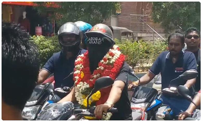 Blindfold Motorcycle Ride, కళ్లకు గంతలు కట్టుకుని.. ట్రాఫిక్లో మోటర్ సైకిల్ పై రైడ్