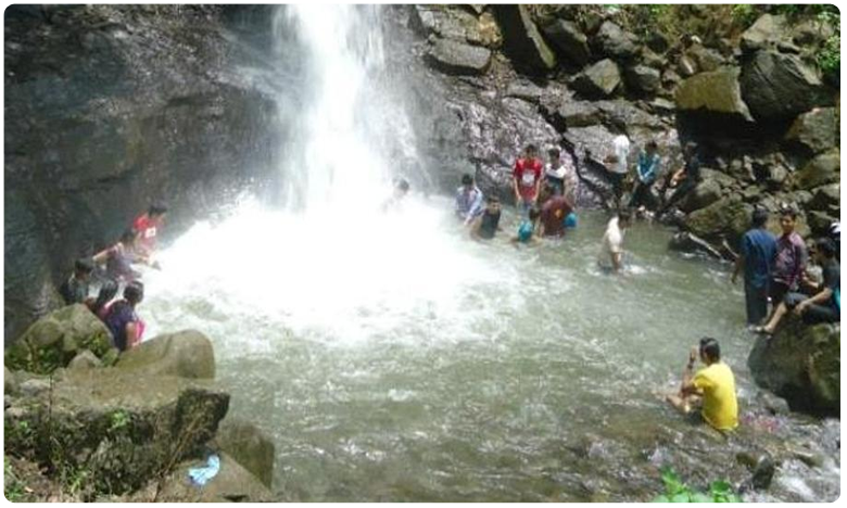 Students Rescued From Heavy Rush Of Water Falls In West Bengal, పశ్చిమ బెంగాల్లో జలప్రవాహం.. ప్రాణాలతో బయటపడ్డ విద్యార్థులు