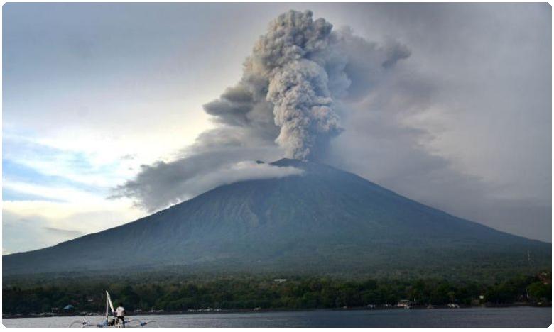 ndonesia volcano, నిప్పుకణికల అగ్ని పర్వతం బద్దలైంది