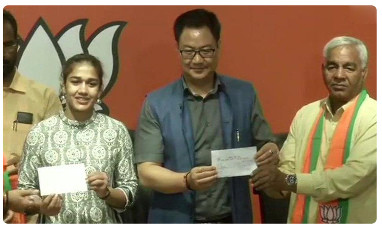 Babita Phogat And Mahavir Phogat Join BJP