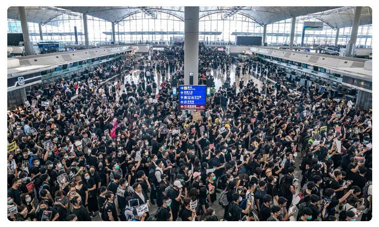 Hong Kong's airport shut down after thousands protests, అట్టుడుకుతున్న హాంకాంగ్.. రెండో రోజు విమానాలు రద్దు