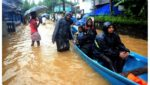 "onion prices set keep rising because karnataka floods, ""ఉల్లి' కోయకుండానే కన్నీళ్లు..!"