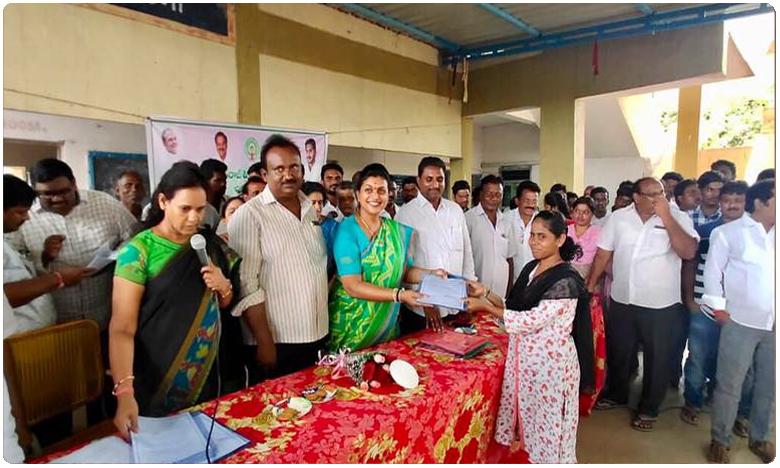 YSRCP MLA Roja Handing Over Recruitment Papers To Grama Volunteers, గ్రామ వాలంటీర్లూ.. ఇక మీదే జోరు.. ఎమ్మెల్యే రోజా..