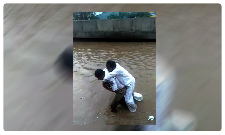 Hyderabad Traffice Police Turns Energency Vehicle For A patient To Cross Flood Water On Road