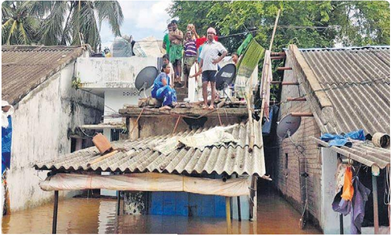 floods continue to battle polavaram villages, వరదల్లో ఇంకా పోలవరం.. కారు చీకట్లో  గ్రామాలు జలదిగ్భంధం