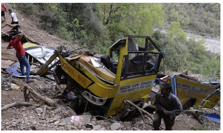 children killed as school van falls into gorge in Uttarakhand, లోయలో పడ్డ బస్సు.. ఏడుగురు చిన్నారులు మృతి