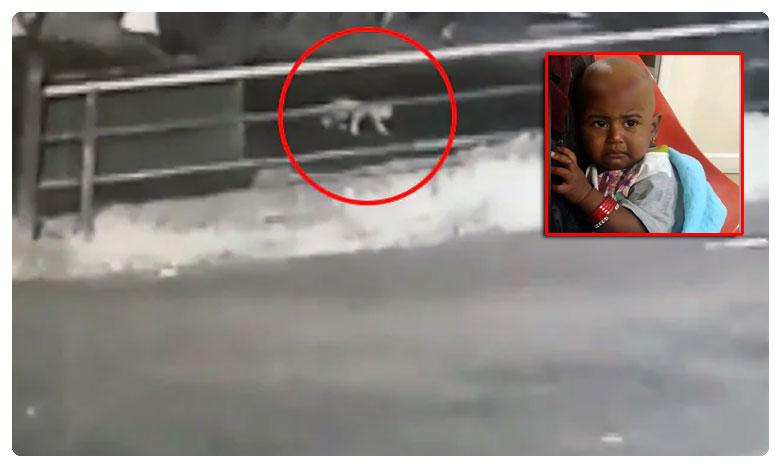 Chilling CCTV footage shows the baby falling off, కేరళ రోడ్డుపై.. దట్టమైన చీకట్లో.. ఒంటరిగా చిన్నారి..