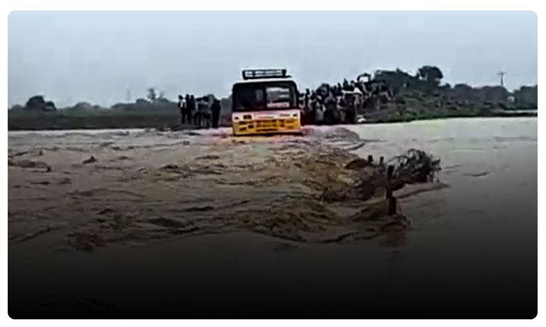 Floods in Kurnool District, పాలేరు వాగులో ఆర్టీసీ బస్సు..
