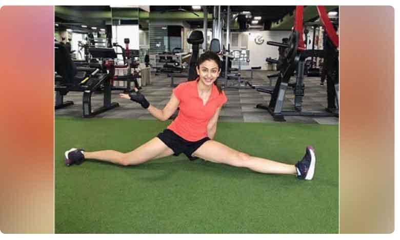 Rakul Preet Singh Workout In Gym, బాప్ రే.. రకుల్ జిమ్ వర్కౌట్.. చూస్తే షాక్ అవుతారు..!