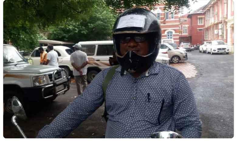 Vadodara Man Pastes All Bike Documents On Helmet, నా హెల్మెట్ చూడండి.. చలాన్ రాసుకోండి.. గుజరాతీ నయా ప్రయోగం