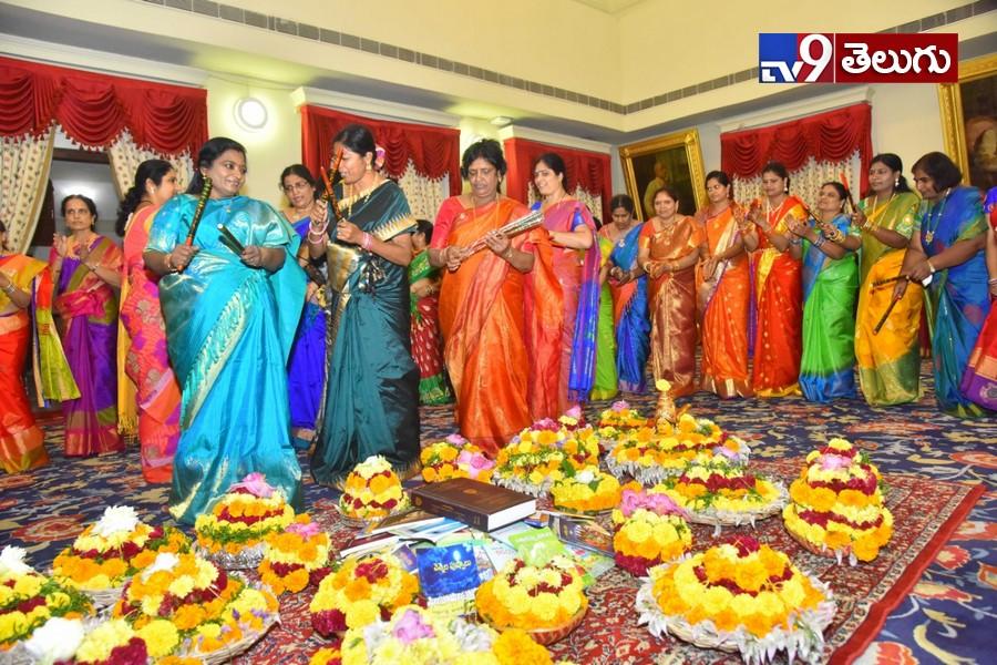 Batukamma Celebrations in Raj Bhavan, బబతుకమ్మ సంబురాల్లో ఉత్సాహంగా పాల్గొన్న తెలంగాణ గవర్నర్ తమిళసై సౌందరాజన్(ఫొటోస్)