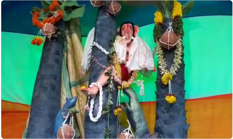 toddy workers new idea ganesh statue at the top of the tree in yadadri, తాటి చెట్టెక్కిన వినాయకుడు..! ఎందుకో మరీ..