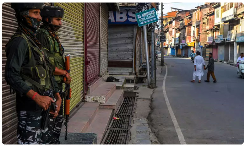 A group of Kashmiri Pandits staged a demonstration, కశ్మీర్ పై వాషింగ్టన్ పోస్ట్ విష ప్రచారం.. ' పండిట్ల ' నిరసన