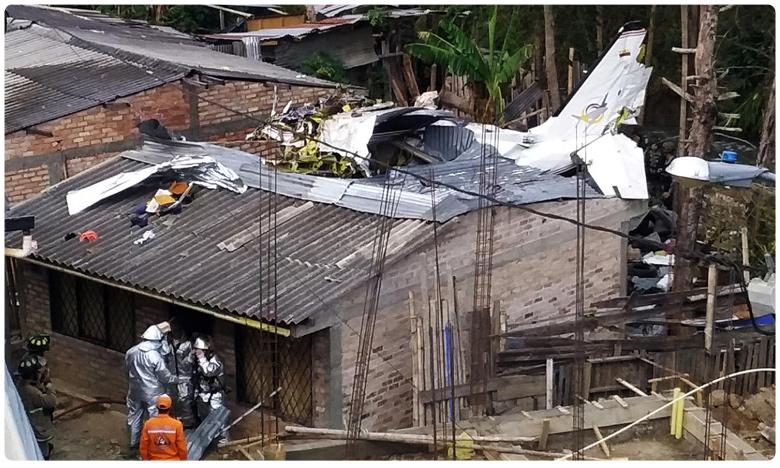 Colombia plane crash kills seven and injures three, నివాస గృహాలపై కుప్పకూలిన విమానం.. ఏడుగురు మృతి