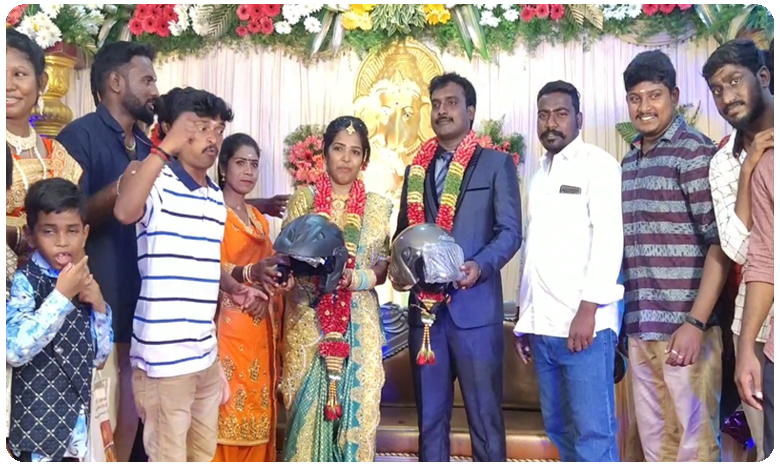 Chennai wedding guests get helmets as gifts, పెళ్లి కూతురు, పెళ్లికొడుకులకు గిఫ్ట్గా హెల్మట్..!