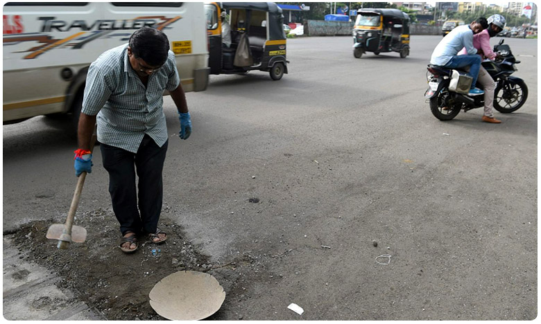 this man has filling pot holes in mumbai, కొడుకును బలి తీసుకున్న గుంతలు .. ఆ తండ్రి ఏం చేశాడంటే ?