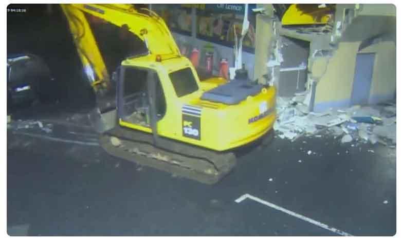 Thieves Scoop Out ATM Machine Using Construction Claw, జేసీబీతో వచ్చి..ఏటీఎంను కొల్లగొట్టారు..!