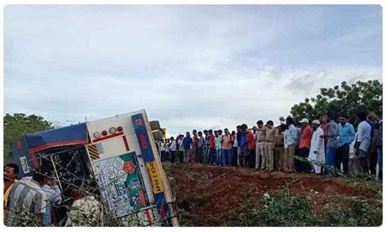 Bus Accident In Prakasam District, దారుణం: బస్సు బోల్తా.. ఇద్దరు మృతి.. 24 మందికి గాయాలు