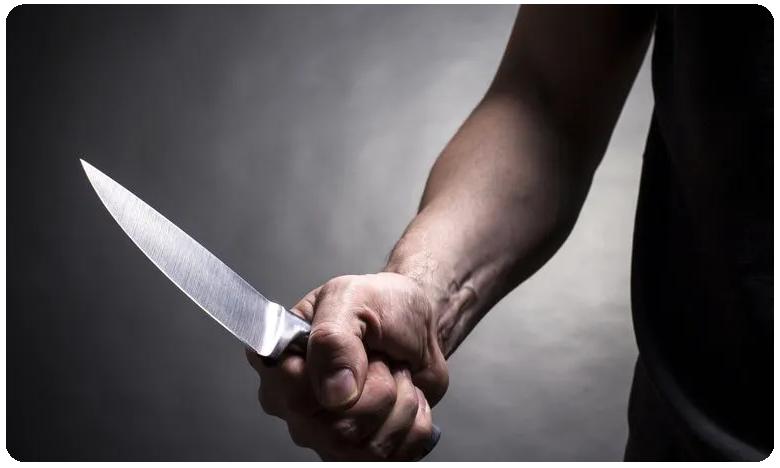 Man attacks lover with knife, ప్రేమించమని.. కత్తితో పొడిచాడు..!