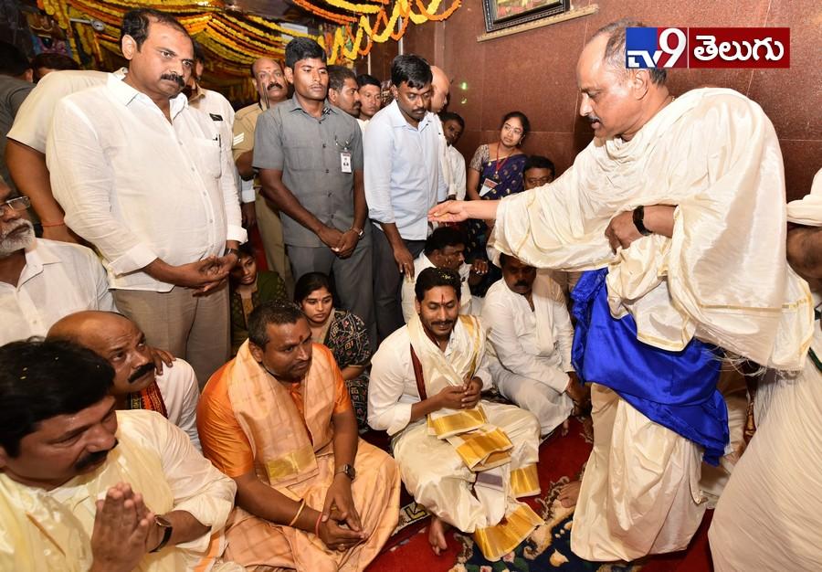 ys jagan offers special prayer in vijayawada kanaka durga temple, ఇంద్రకీలాద్రిపై వైయస్ జగన్ మోహన్ రెడ్డి