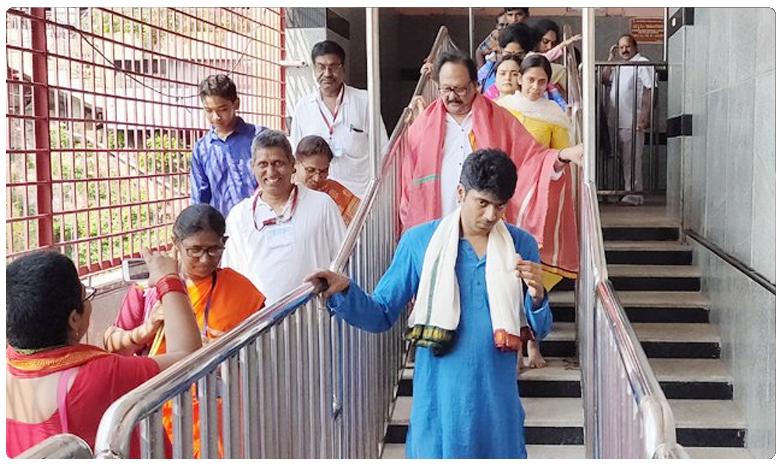 BJP leader and former Central Minister Krishnam Raju faces insult at Kanaka Durga temple in Vijayawada, కేంద్ర మాజీ మంత్రి కృష్టంరాజుకి అవమానం..!!