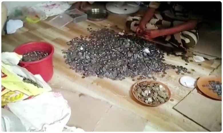 Millionaire beggar dies in Mumbai. Cops take 8 hours to count his coins amounting to Rs 1.77 lakh, యాచకుడి జోలెలో లక్షలు.. ఖంగు తిన్న ఖాకీలు..!