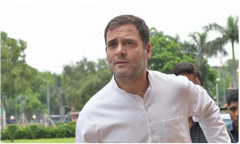 Centre Tweaks Security Rules for Gandhis.. Says SPG Must Accompany Them at All Times on Foreign Trips, రాహుల్ గాంధీకి షాకింగ్ న్యూస్…  హోం శాఖ ఏంచేసిందంటే..?