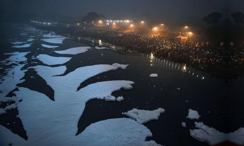 భక్తుల పూజలు.. కలుషితమైన యమునా నది