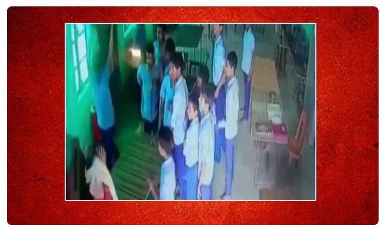 Teacher attacked in Uttar Pradesh, మహిళా టీచర్పై దాడి .. ! విద్యార్థులా  వీధి రౌడీలా..?