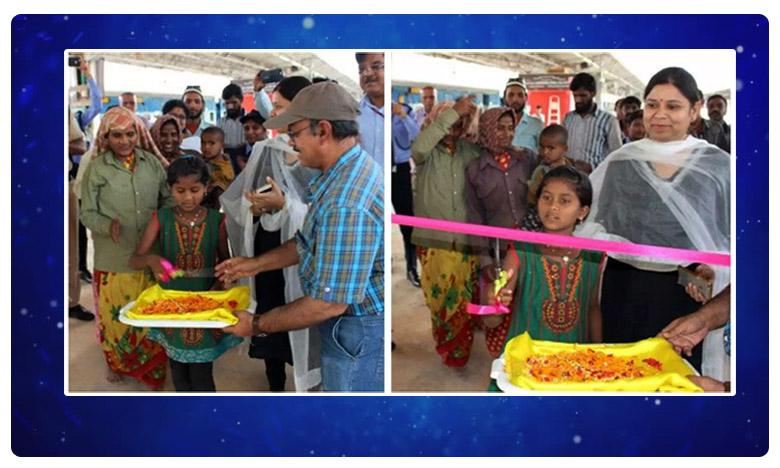 Inaugurated the new escalator at the Bengaluru railway station, వినూత్న రీతిలో ఎస్కలేటర్ ఓపెనింగ్