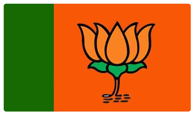 PM Modi's gesture of picking flowers from the carpet left many inspired., హూస్టన్ చేరుకున్న ప్రధాని మోదీకి ఘన స్వాగతం..