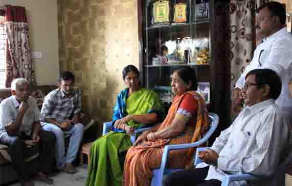 Sabitha indra Reddy Minister of Education int Telangana, విజయారెడ్డి కుటుంబ సభ్యులకు మంత్రి సబితా పరామర్శ..
