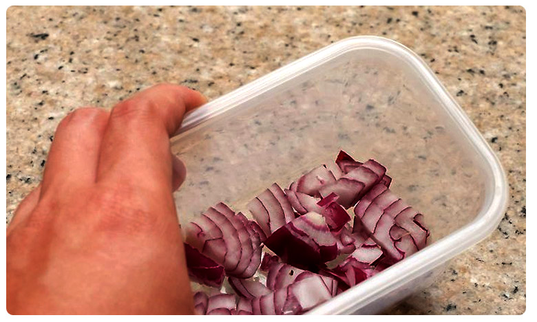The Internet claims that putting cut raw onions in the fridge will make you seriously sick., ఉల్లిపాయల్ని ఇలా తింటే అంతే సంగతులు..