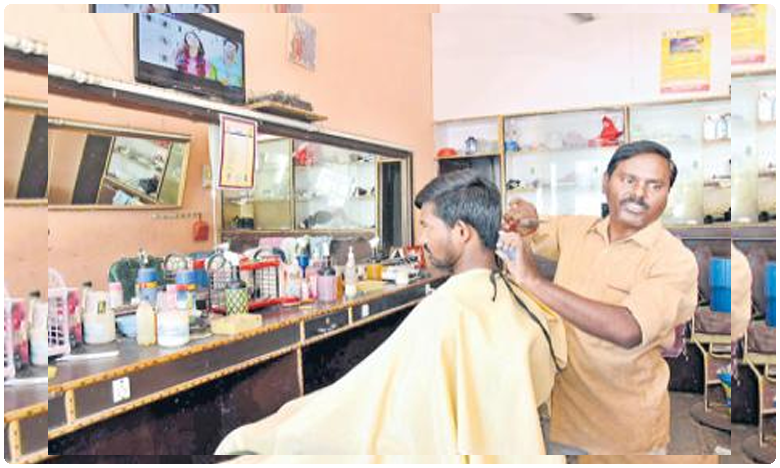 RTC Conductor turns barber due to TSRTC strike, కుల వృత్తికి సాటి ఏది..? కత్తెర పట్టిన ఆర్టీసీ కండక్టర్