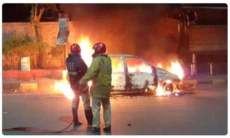 Car catches fire No one injured, హైదరాబాద్ లో దారుణం.. నడిరోడ్డుపై కారు దగ్ధం!